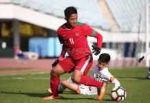 Bek 18 tahun asal PSMS Medan, Firza Andika (11), akhirnya dipanggil Timnas U-23 masuk dalam skuad persiapan Turnamen PSSI Anniversary Cup 2018. (liputan6.com)