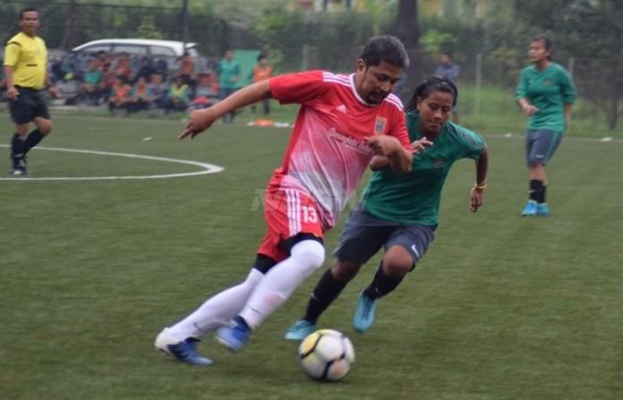 Melawan tim putra Gunungkidul United Senior (merah), hasil imbang 1-1 diraih Timnas Putri Senior, pada Rabu (25/4). (Ham/NYSN)