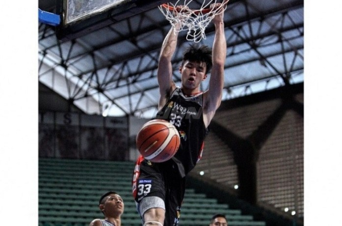 Penampilan Vincent Rivaldi Kosasih, salah satu pemain basket Indonesia yang bertinggi badan di tas 2 meter lebih. (republika.co.id)