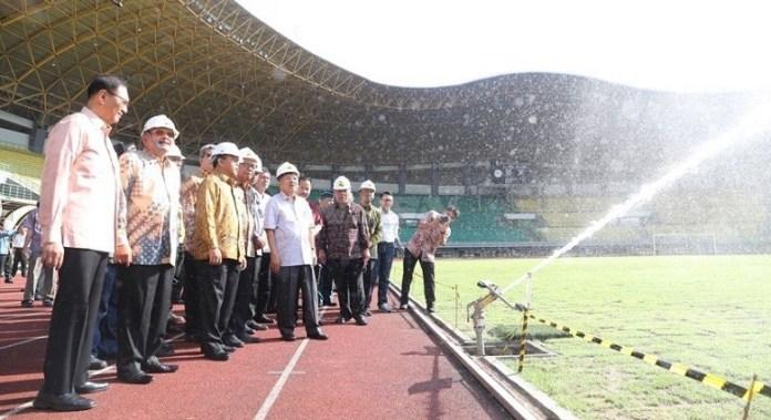 Wapres Jusuf Kalla didampingi Menteri PUPR Basuki Hadimuljono dan Semenpora Gatot S Dewa Broto meninjau renovasi Stadion Patriot Candrabaga, Kota Bekasi, Jawa Barat, Jumat (27/4). (Kemenpora)