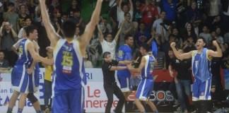 Youbel Sondakh (kaos hitam), arsitek Satria Muda berteriak gembira usai timnya menang dari Pelita Jaya, dalam final Indonesian Basketball League (IBL) Pertalite 2017/2018, pada Minggu (22/4). (oekzone.com)