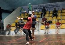 Atlet squash Singapura (merah) berhadapan dengan Kalimantan Timur dalam test event Asian Games 2018, saat tampil tahun lalu. (republika.co.id)