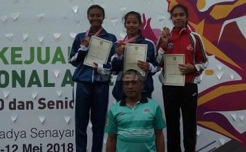 Liviana Rizki (tengah), sprinter Jawa Tengah sukses meraih medali emas Nomor 100 Meter Putri U-20, pada Kejurnas Atletik, di Stadion Madya Senayan, Jakarta, Senin (7/5). (Adt/NYSN)
