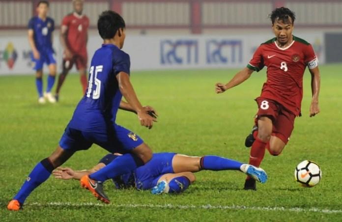 Kapten Timnas U-23, Hargianto (8), gagal melakukan serangan usai ditempel ketat pemain bertahan Thailand U-23, pada Kamis (31/5) di Stadion PTIK. (Pras/NYSN)