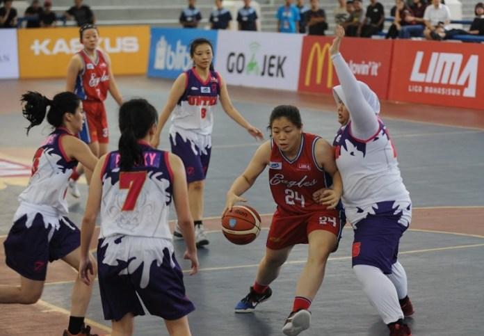 Pemain Tim Putri Universitas Pelita Harapan (merah), berusaha melewati hadangan pemain Universitas Tarumanegara dalam LIMA Basketball: Air Mineral Prim-A GJC 2018. (Pras/NYSN)