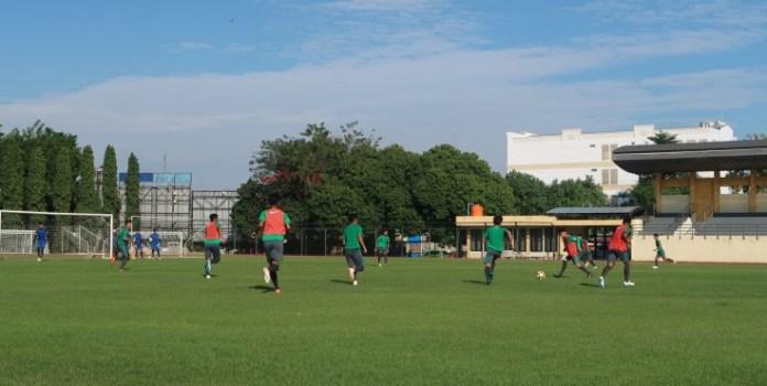 Timnas U-19 mulai kembali berlatih di bawah terik matahari pagi, di Stadion Universitas Negeri Yogyakarta (UNY), pada Rabu (20/6). (bolasport.com)
