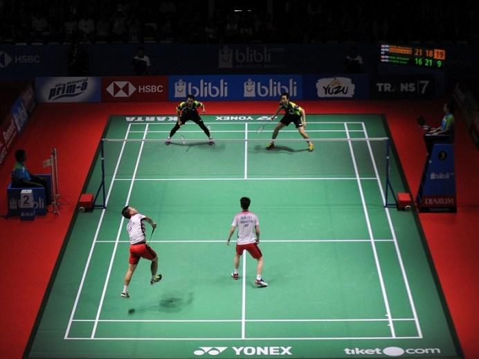 Duet Kevin Sanjaya Sukamuljo/Marcus Fernaldi Gideon (putih/merah) hanya butuh waktu 35 menit, menaklukkan seniornya Hendra Setiawan/Mohammad Ahsan (hitam/hitam). (Pras/NYSN)