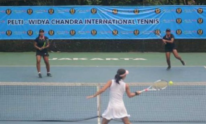 Petenis kembar DKI Jakarta berusia 17 tahun, Fitriani Sabatini (kiri) dan Fitriana Sabrina, saat tampil dalam Turnamen Pelti–Widya Chandra International Tennis 2018. (gosumut.com)