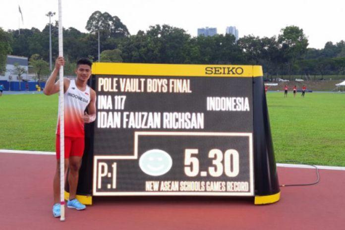 Idan Fauzan berpose dengan catatan ketinggian lompat galah yang baru saja dipecahkan pada ASEAN School Games 2018, di Stadion Mini Atletik Bukit Jalil Malaysia, Selasa. (Antaranews.com)