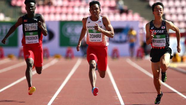 Singkirkan Sprinter Amerika Serikat, Lalu Muhammad Zohri (tengah) yang baru berusia 18 tahun asal Lombok, Raih Emas Kejuaraan Dunia Atletik Junior. (bbc.com)