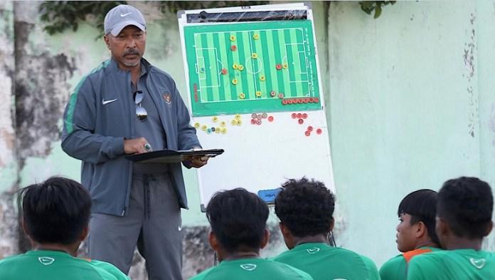 Pelatih Timnas U-16 Fakhri Husaini saat memberi instriksi pada timnya dalam TC di Sidoarjo, Jatim, jelang Piala AFF U-15 2018. (Bola.com)