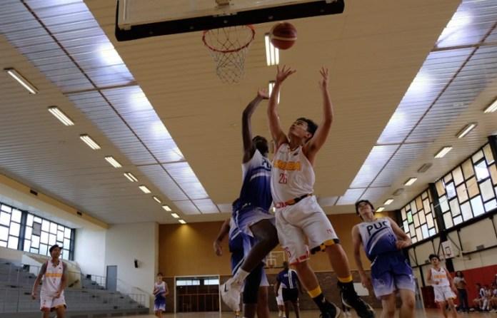 Tim basket putra Sekolah Kharisma Bangsa (putih) sukses jadi kampiun usai menaklukan Paris University Club, 48-35, di laga final Kejuaraan Basket antar SMA, di Paris, Perancis, 6-13 Juli 2018. (Adt/NYSN)