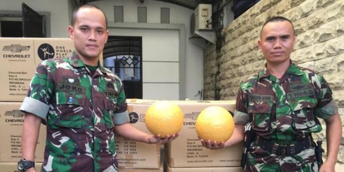 Satgas pengamanan perbatasan RI-Papua Nugini berpose dengan bola unik Uni Papua, yang tak bisa bocor walau ditusuk. (bolapsort.com)