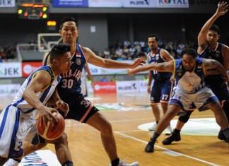 Satria Muda Pertamina (puith) mengalahkan Pelita Jaya dalam laga final Indonesia Basketball League (IBL) Pertalite 2017/2018. IBL kini mulai menerapkan sistem draft pemain baru dari kompetisi Liga Mahasiswa (LIMA). (Pras/NYSN)