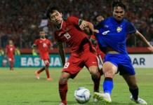 Striker Timnas U-19, Hanis Saghara Putra (19), saat berduel dengan gelandang Thailand U-19, Kittitach Praniti (6), pada Senin (9/7). Tim Gajah Putih akhirnya unggul 2-1 atas Garuda Muda. (bolasport.com)