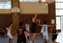 Tim basket putra Sekolah Kharisma Bangsa (hitam) akhirnya meraih kemenangan atas tim Isso India 2, dengan skor 75-70. (Adt/NYSN)