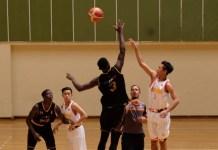 Tim basket putra sekolah Kharisma Bangsa (putih), menelan kekalahan dari tim basket Paris Bballwithus 42-90, pada Senin (9/7). (Adt/NYSN)