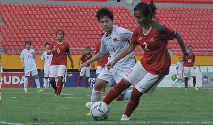 Bek Timnas Wanita Indonesia, Safira Ika Putri (2) mempertahankan bola dari pemain Vietnam, Nguyen Thi Tuyet (7). Indonesia akhirnya harus tersingkir dari fase grup AFF Women Championship 2018. (tempo.co)
