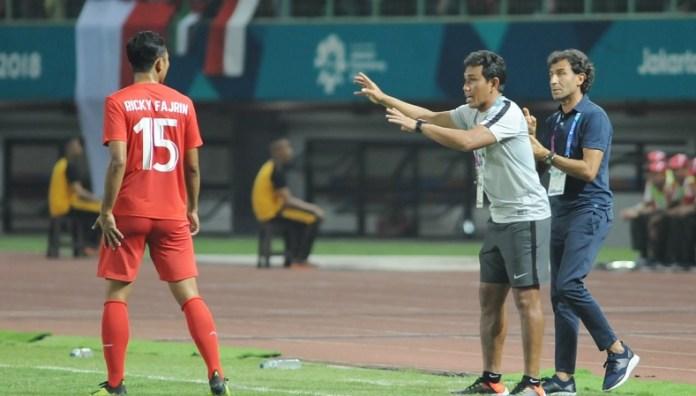 Bek Timnas U-23, Ricky Fajrin (15) tengah mendapat instruksi dari tim pelatih, Bima Sakti dan Luis Milla, saat melawan Palestina U-23, Stadion Patriot Candrabhaga, Bekasi Rabu (15/8). (Pras/NYSN)