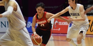 Shooting Guard Timnas Basket putri Indonesia, Nathania Claresta Orville (21) berusaha melewati hadangan Tim putri Korea Bersatu, dan takluk 108-40, di penyisihan Grup X basket putri Asian Games XVIII/2018. (Riz/NYSN)