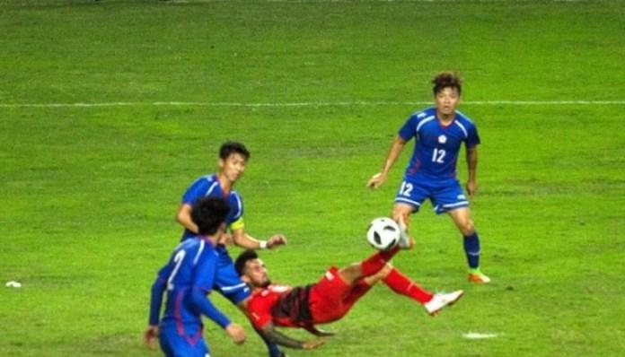 Pemain Timnas U-23, Stefano Lilipaly (merah) mencetak gol akrobatik, saat Timnas U-23 menang 4-0 atas Taiwan, pada laga perdana penyisihan grup Asian Games 2018, di Stadion Patriot, Bekasi, Jawa Barat, Minggu (12/8). (tribunnews.com)