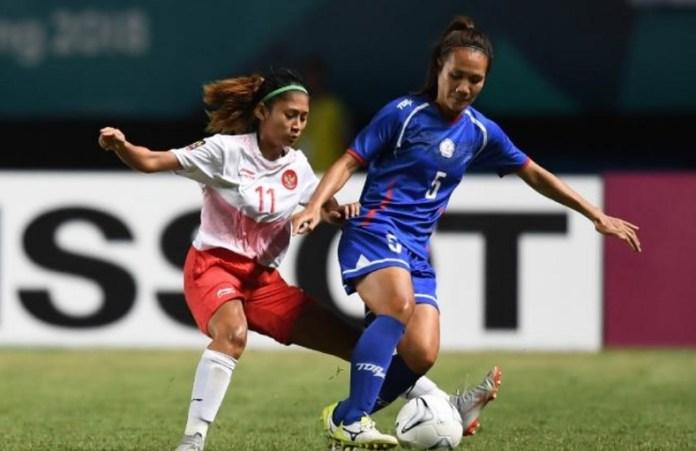 Gelandang Timnas putri Indonesia, Zahra Muzdaliffa (11) berebut bola dengan bek Taiwan, Yahue Chen (5), pada laga kedua Grup A, babak penyisihan sepak bola putri Asian Games 2018, di Stadion Gelora Sriwijaya, Palembang, Minggu (19/8). (INASGOC)