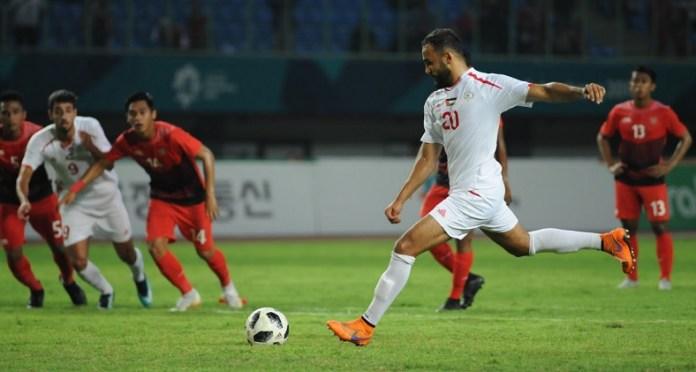 Striker Palestina U-23, Oday Dabbagh (20), saat melakukan eksekusi penalti pada babak pertama. Pertandingan akhirnya dimenangkan Timnas Palestina dengan skor tipis 2-1 atas Timnas U-23, pada laga penyisihan Grup A. (Pras/NYSN)