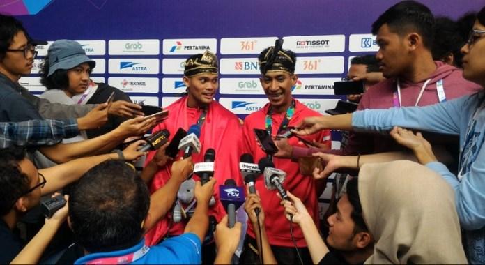 Yola Primadona Jampil (kiri) dan Hendy (kanan) yang turun di nomor seni ganda putra, sukses menyumbang emas ke-14, usai tampil gemilang di Padepokan Silat, TMII, Jakarta, Senin (27/8). Di nomor ganda putra, mereka menjadi yang terbaik di Asian Games 2018 dengan raihan 580 poin. (Ham/NYSN)