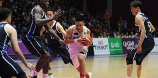 Point Guard Timnas Basket Indonesia, Andakara Prastawa Dhyaksa (putih), dikepung peman Korea Selatan, dalam laga perdana penyisihan Grup A cabor Bola Basket Asian Games 2018, yang berkesudahan 104-65 bagi kemenangan tim negeri Ginseng. (Pras/NYSN)