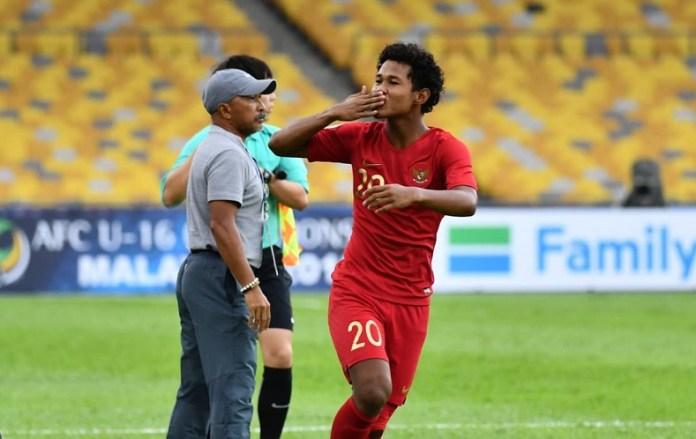 Striker Timnas U-16, Amiruddin Bagus Kahfi, melakukan selebrasi dan membantu timnya secara meyakinkan menang 2-0 atas Iran U-16, dalam duel perdana Grup C Piala Asia U-16 2018, di Stadion Nasional Bukit Jalil, Kuala Lumpur, pada Jumat (21/9). (AFC.com)