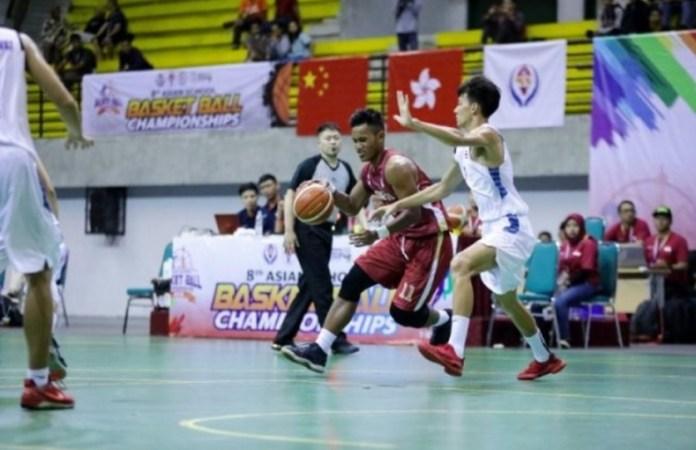 Pebasket Timnas Pelajar Putra Indonesia, Neo Putu Satria (11), harus mengakui keunggulan Hongkong dengan skor 54-66, dalam pertandingan terakhir babak penyisihan Kejuaraan Basket Pelajar Asia 2018, di GOR Amongrogo, pada Selasa (11/9). (ivoox.id)