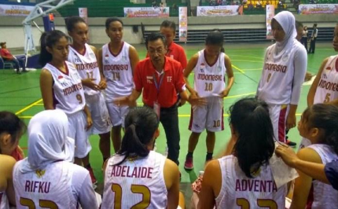 Pelatih Cecep Firmansyah sedang memberikan instruksi, kepada timnas basket pelajar putri Indonesia yang bertanding di ajang Kejuaraan Basket Pelajar Asia 2018 di Yogyakarta, 7-15 September. (tempo.co)