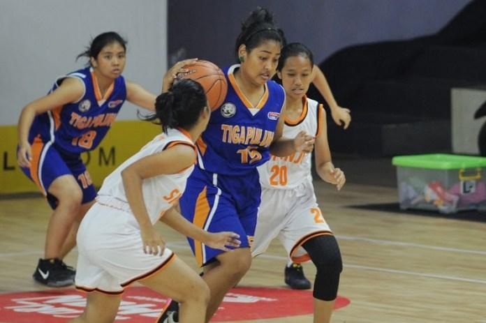 Center tim putri SMAN 30 Jakarta, Gabriella Abigael (15/biru), menjadi kontributor terdepan bagi timnya, saat menundukkan SMAN 7 dengan keunggulan 27-14, dalam laga semifinal Honda DBL DKI Jakarta Series 2018 – North Region, di GOR Cempaka Putih, pada Kamis (27/9). (Pras/NYSN)