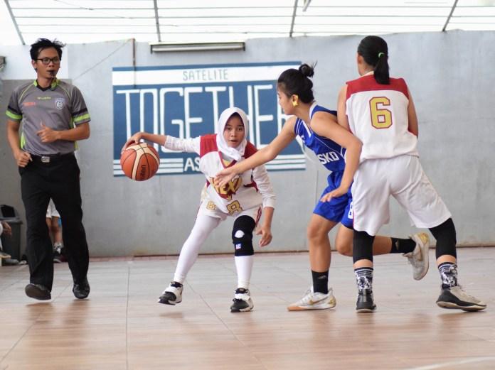 Dua pemain SMAN 6 Depok berhadapan dengan salah satu pemain SMA 1 PSKD di partai final Satelite Cup 2018 Vol 2