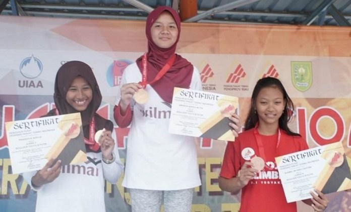Amanda Narda Mutia (tengah) menyumbangkan medali emas bagi kontingen Jatim, pada Kategori Lead Youth B Putri (14-15 tahun), dalam Kejurnas Panjat Tebing Kelompok Umur (KU) XIII/2018, di Indragiri Hulu (Inhu), Riau, pada Jumat (28/9). (FPTI)