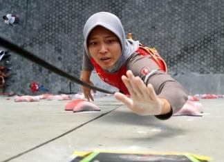 Spiderwoman asal Grobogan peraih medali emas cabor panjat tebing kecepatan putri Asian Games 2018, Aries Susanti Rahayu memberi motivasi pada siswa SMP ini agar mereka terpacu untuk meraih prestasi setinggi mungkin. (FPTI)