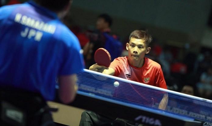 Atlet tenis meja Indonesia, Yayang Gunaya (oranye), mengalahkan wakil Jepang, Hiroki Sakazaki 3-0 (11-8, 12-10, 11-7), pada laga hari pertama Asian Para Games 2018 di Ecovention Ancol, Jakarta, Sabtu (6/10). (INAPGOC)