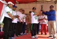 Raden Isnanta, Deputi III Pembudayaan Olahraga Kemenpora (kanan) dalam acara pembukaan Gala Desa Pringsewu. Event ini menjadi kali kedua, berlangsung di Kabupaten Pringsewu, Lampung, Jumat (19/10). (istimewa)