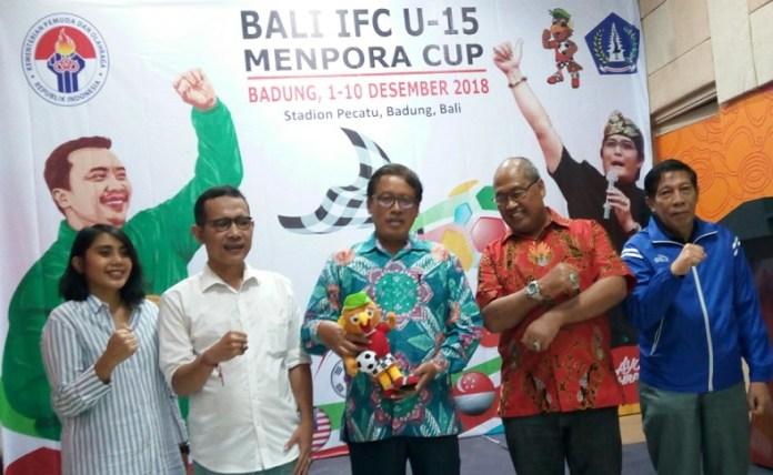 Raden Isnanta, Deputi Pembudayaan Olahraga Kemenpora (memegang maskot), berharap turnamen Bali IFC U-15 dapat memberikan jam terbang dan pengalaman tanding yang lebih banyak kepada pemain muda Indonesia. (Adt/NYSN)