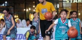 Keseruan acara Mainbasket Bareng DBL Indonesia di Area Piazza, Gandaria City Mall, Jaksel, berlanjut pada Rabu (6/11). Tak hanya kompetisi basket 3x3, event ini juga menghadirkan Basketball Clinic yang diikuti oleh 50 anak-anak, yang dimentori langsung oleh head coach DBL Academy, Dimaz Muharri. (DBL)