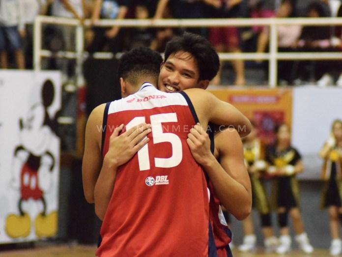 Sadam Asyurna dari SMA Kharisma Bangsa memeluk temannya karena berhasil memenagi pertandingan final Honda DBL Banten Series 2018