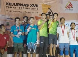 Lead tim putra kontingen Jawa Timur (kaos hijau), akhirnya sukses meraih medali emas pada hari pertama, pelaksanaan Kejurnas XVII Panjat Tebing 2018, di Solo, Jawa Tengah, pada Rabu (28/11). (FPTI)