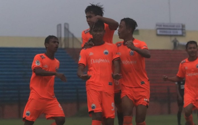 Bomber Timnas U-16, Sutan Zico (9) saat melakukan selebrasi usai mencetak gol dan membawa Persija Jakarta U-19 mengalahkan PSM Makassar U-19 dengan skor 3-1, dalam pertandingan kedua Grup A babak 8 besar Liga 1 U-19, di Stadion Gemilang, Magelang, Jumat (9/11) sore. (Pesija.id)