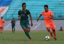 Winger Persija Jakarta U-19, Mario Nurcahyo (91/oranye), dibayangi bek Persebaya Surabaya U-19, Rizky Ridho Ramadhan (23/hijau), dalam laga terakhir fase 8 Besar Grup A Liga 1 U-19 2018, di Stadion Moch Soebroto, Magelang, Minggu (11/11). Persija U-19 lolos ke semifinal sebagai runner up Grup A, dan akan melawan Barito Putera FC U-19. (persija.id)