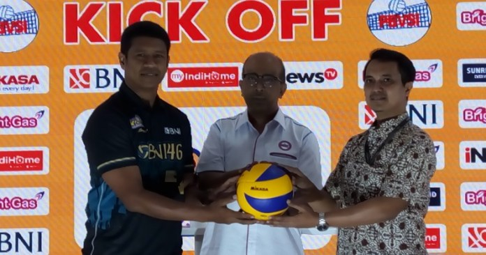 Hanny S. Surkatty, Direktur Proliga (tengah), bersama perwakilan sponsor pada acara preskon kick-off Proliga 2019, di Kantor PBVSI, Pancoran, Jakarta Selatan, pada Rabu (28/11). (Adt/NYSN)
