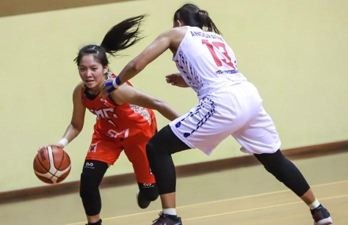 Shooting Guard GMC Cirebon, Deniece Adriana Gunarto (Merah/9) menjadi aktor kunci kemenangan tim kota udang dari klub Sahabat Semarang, dengan skor 53-51, pada laga Jumat (30/11), di GOR Merpati, Denpasar, Bali. (Srikandi Cup)
