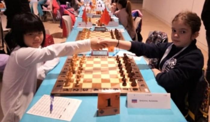 Dunia olahraga Tanah Air boleh berbangga dengan pecatur cilik asal Bandung, Samantha Edithso (kiri), yang sukses meraih gelar juara dunia di Spanyol. Ia jadi juara usai mengalahkan pecatur Rusia, Alexandra Shvedova (kanan), dalam partai berdurasi lima jam. (kumparan.com)