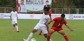 Seorang pemain Timnas Pelajar U-15 Indonesia (putih) berebut bola, saat menghadapi tim asal Filipina, Apuesto Bueno United FC, pada event BBali International Football Championship (IFC) 2018 di Stadion Beji Mandala, Pecatu, Badung, Bali, pada Senin (3/12). Anak asuh Firman Utina ini menang dengan skor 8-1. (antaranews.com)