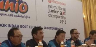 Ketua Umum PB PGI Murdaya Po (ketiga kanan) bersama Ketua Panitia Penyelenggara Kejuaraan Junior Golf Internasional, Andreas Tjahjadi (kedua kiri), bersama jajaran manajemen BRI, dalam jumpa pers Kejuaraan Junior Golf Internasional Tabungan BRI Junio Pondok Indah 2018, di Jakarta, pada Senin (17/12). (tempo.co)