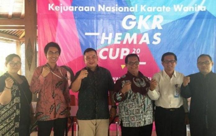 Ketua Pengprov Inkai DIY, Budi Wibowo (tiga dari kanan), mengepalkan tangan didampingi sejumlah panitia Kejurnas Karate Wanita GKR Hemas Cup 2018, usai sesi jumpa pers di Pendopo Dinas Kebudayan Provinsi DIY, pada Jumat (21/12). Event ini bakal diikuti 440 karateka wanita dari 35 dojo se-Indonesia. (suaramerdeka.com)